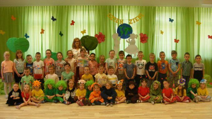 Przedszkolaki podczas przedstawienia