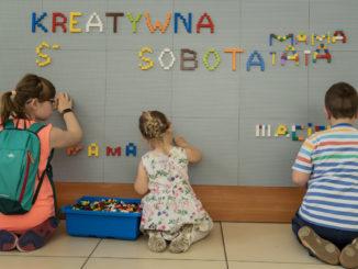 Dzieci i rodzice podczas zabawy