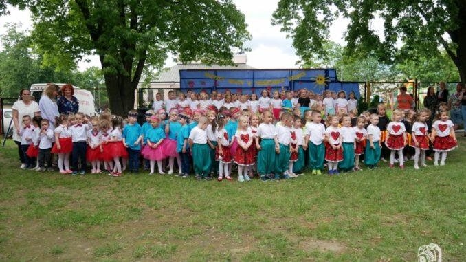 Przedszkolaki podczas pikniku