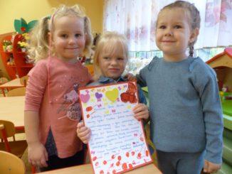 Przedszkolaki przygotowujące kartki