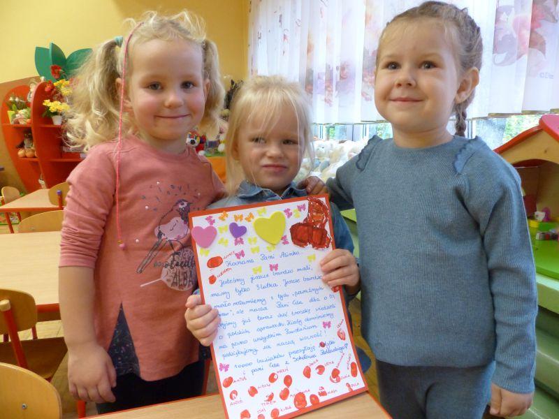 foto: Przedszkolaki przygotowujące kartki - P1160005