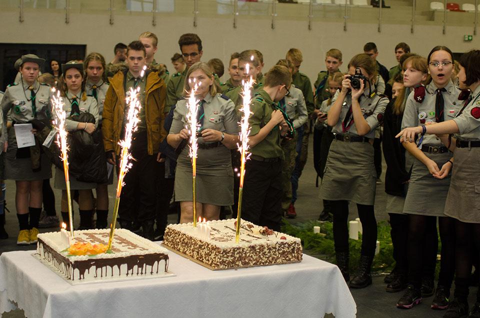 foto: Uczestnicy uroczystości jubileuszowych - Fot. słodyczy na 100 lecie Darczyńca życzy
