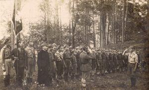 foto: W nowe stulecie - Fot.historyczna ze sztandarem z 1915 r. 300x182