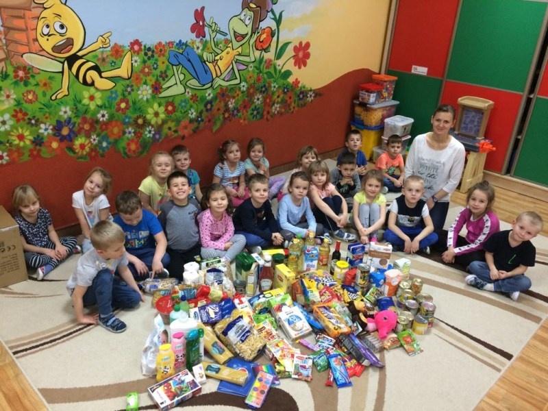 foto: Przedszkolaki przygotowujące paczki - 70039
