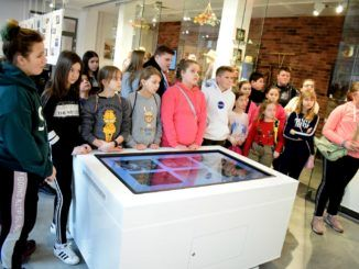 Dzieci podczas zajęć w muzeum