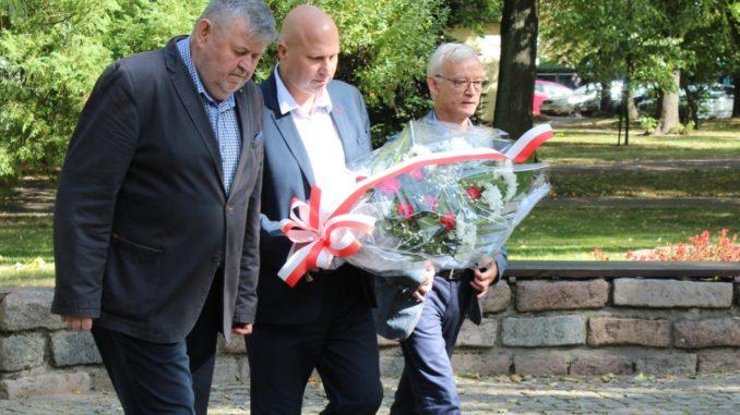 Władze miasta składają kwiaty pod pomnikiem
