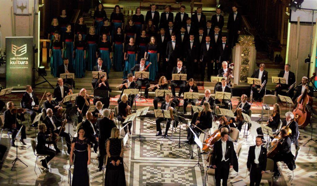 zdjęcie przedstawiające chór oraz orkiestrę