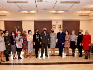 Burmistrz Miasta Sokołów Podlaski wraz z nauczycielami na rozdaniu Nagród Burmistrza z okazji Dnia Edukacji Narodowej