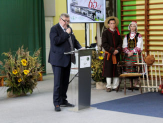 Burmistrz Miasta Sokołów Podlaski Bogusław Karakula wygłasza przemówienie oraz składa życzenia dyrekcji szkoły z okazli 65-lecia