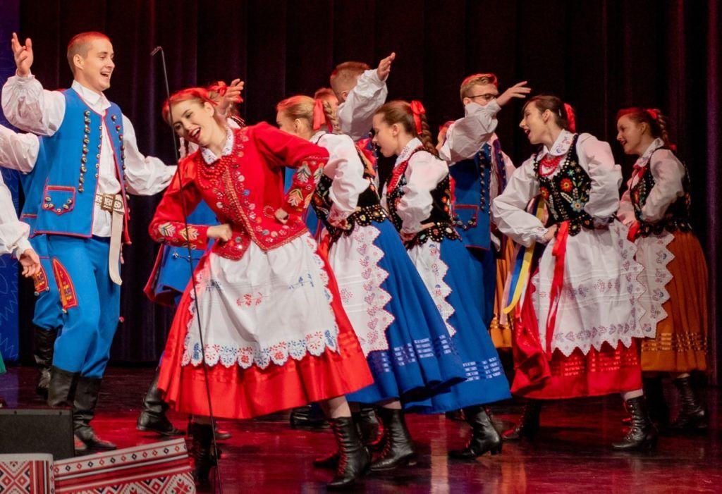 zdjęcie przedstawiające grupę tańczącej młodzieży z ZPiT Sokołowianie