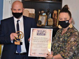 zdjęcie przedstawiające osoby odbierające nagrodę