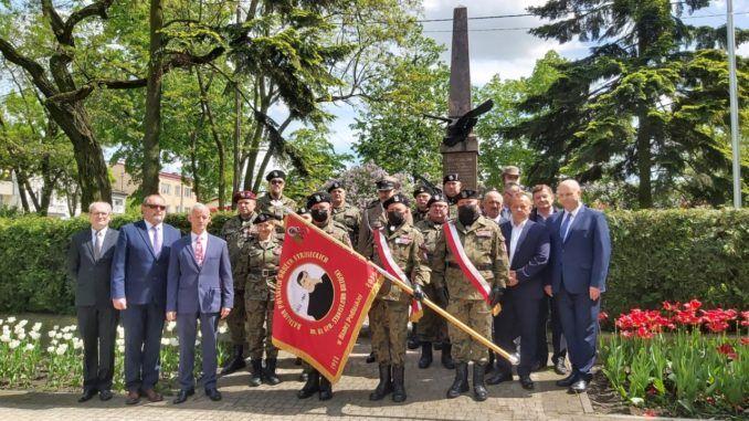 Pamiątkowe zdjęcie delegacji pod pomnikiem księdza Brzóski