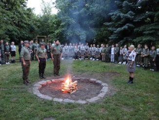 Zdjęcie uczestników zlotu wokół harcerskiego ogniska