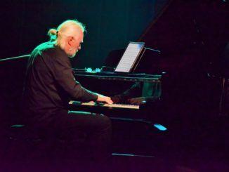 zdjęcie osoby siedzącej przy fortepianie