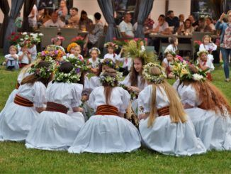 Grupa młodzieży z zespołu Sokołowianie