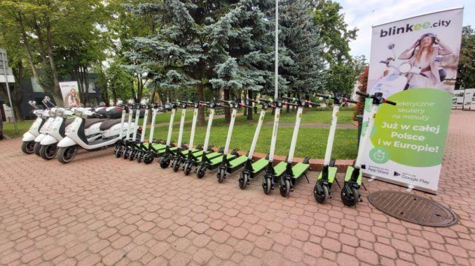 Zdjęcie całej floty wypożyczalni: 15 hulajnóg elektrycznych i 5 skuterów
