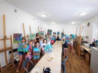 grupa dzieci z pracowni plastycznej