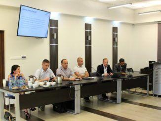 spotkanie przy stole na sali konferencyjnej