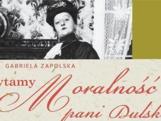 """Po lewej stronie na górze pani Dulska. Pod zdjęciem napis: """"Gabriela Zapolska czytami Moralność Pani Dulskiej"""""""