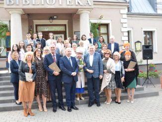 Grupowe zdjęcie uczestników Narodowego Czytania 2001 w Sokołowie Podlaskim