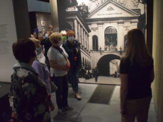 na zdjęcie słuchacze w muzeum
