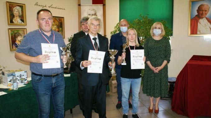 zwycięzcy turnieju szachowego wraz z dyplomami