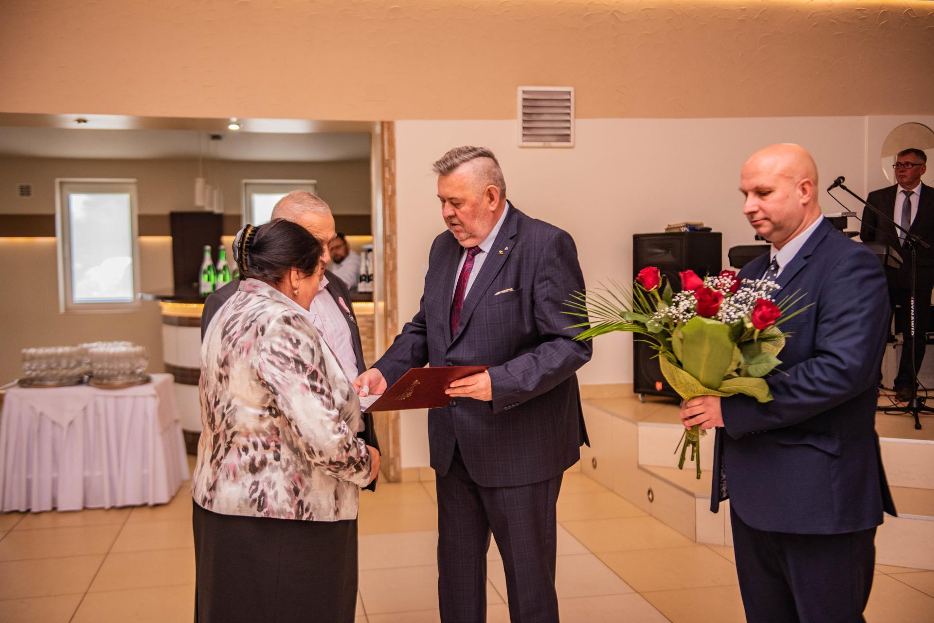 burmistrz wręcza medale jubilatom