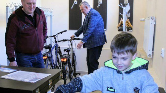 Rodzina repatriantów z Kazachstanu odbiera rowery w Urzędzie Miasta