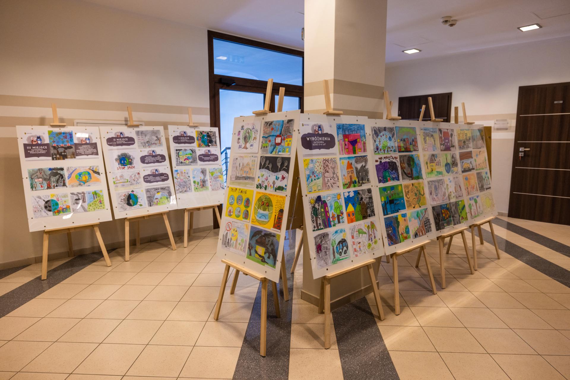 foto: Ogólny widok wystawy w górnym hallu Urzędu Miasta - Sokolow Zdjecia 1